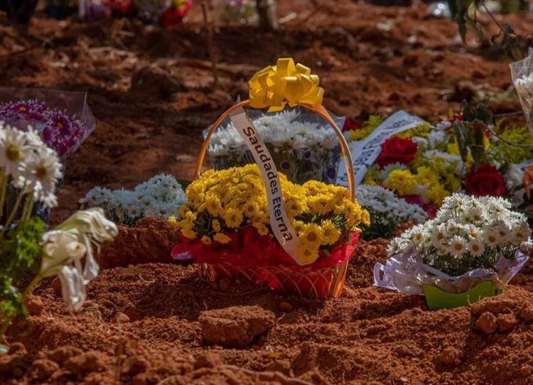 Foto de flores em um cemitério
