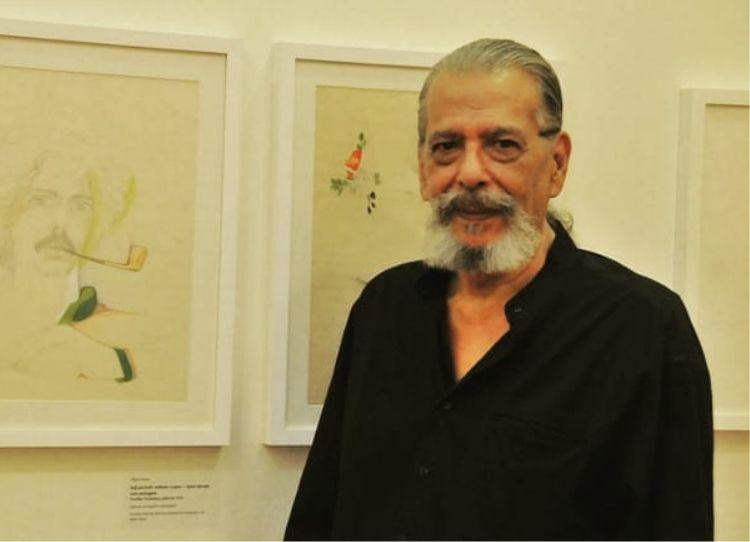 """Alipio Freire ao lado de seu próprio autoretrato, na exposição """"Pequenas Insurreições"""" que ele fez a curadoria/Daniel Garcia/Teoria e Debate"""