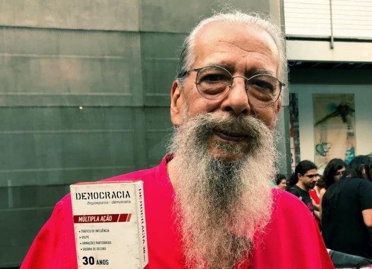 Alípio Freire em uma das saídas do Cordão da Mentira. Créditos: Sato do Brasil/Jornalistas Livres.